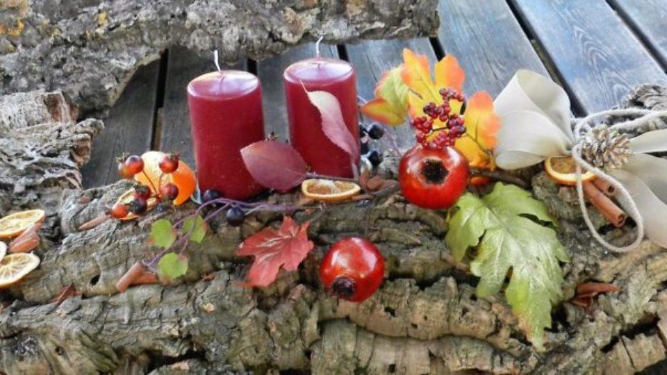 centrotavola-natale-2-candele-melograni-arancia-e-cannella