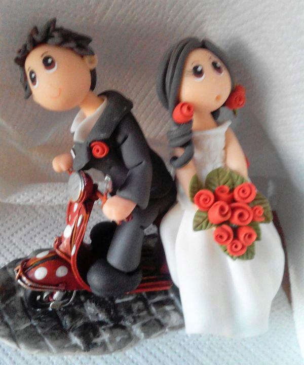 cake-topper-sposi-su-vespa-fiori-rossi