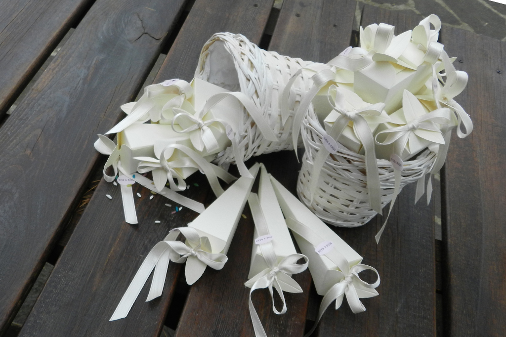 conetti portariso chiusi con petali e fiocco total white